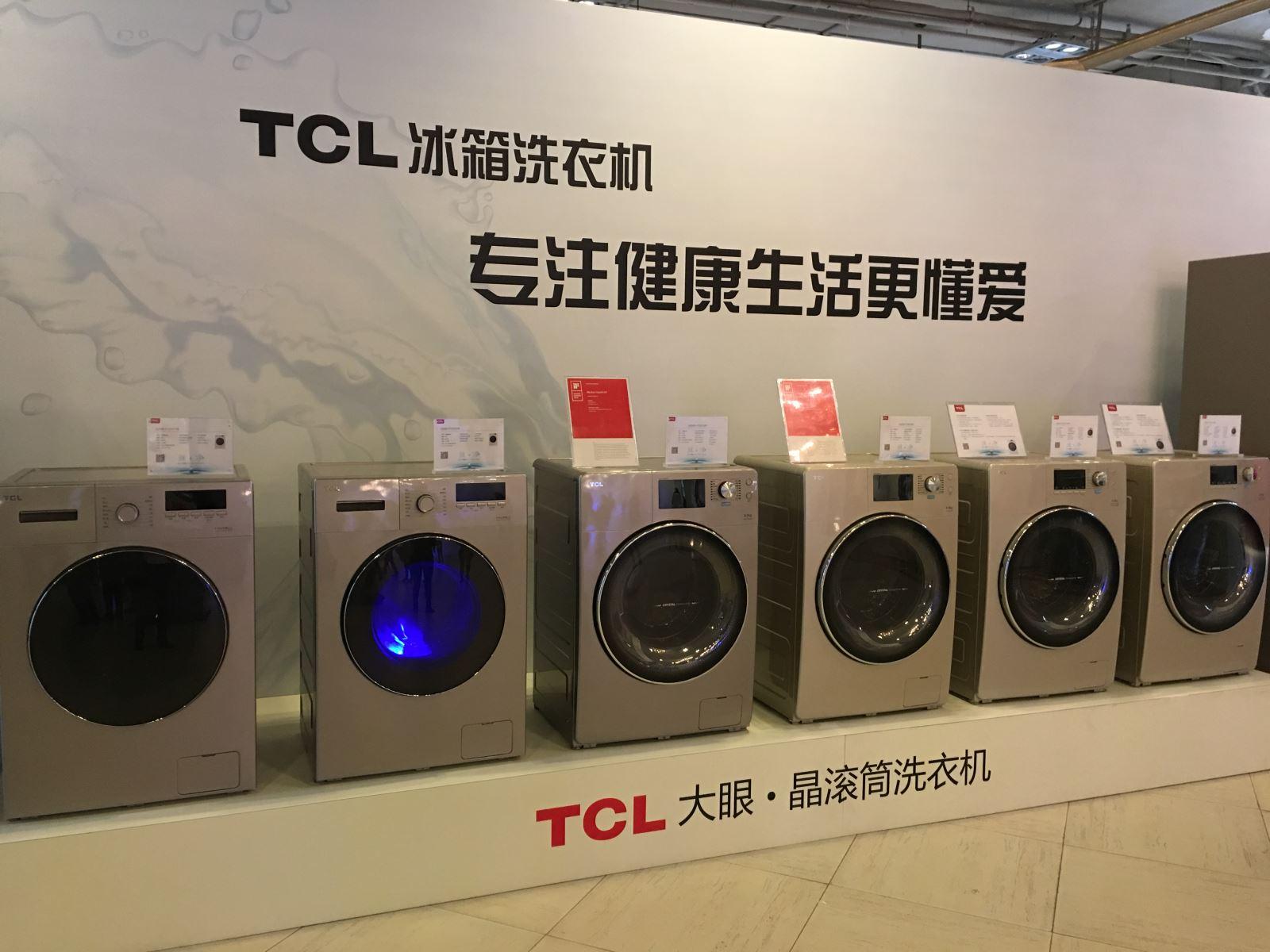 早春的上海温暖湿润,充满生机。3月7日,充满艺术气息与复古情调的上海1933老场坊内,见证着旧时光与新科技的碰撞。在现场,消费者带来的曾使用过的洗衣机内筒、波轮、筒底的展示,那些隐藏在洗衣机内部的污垢令人触目惊心,TCL免污式洗衣机的面世将其永远地变成了历史。在这里,真·净2016TCL免污式洗衣机全球首发,颠覆洗衣机内部结构,创新研发内外筒全封结构、可清洗全钢波轮和全钢桶底,使用户从此真正告别污水洗衣时代。    中国家用电器协会副理事长以及数位行业内诸多专家、知名行业媒体共同见证了T